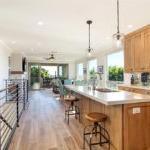 带有木地板的现代阁楼客厅,充足的光线和多彩的厨房后挡板