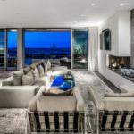 现代新港海滩别墅的客厅,背景是救生员塔