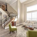 明亮明亮的客厅,有拱形天花板和锻铁楼梯