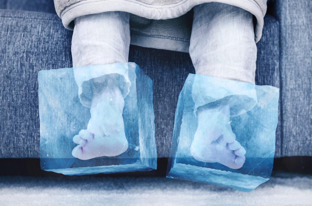 冰冷的脚——脚放在冰块里